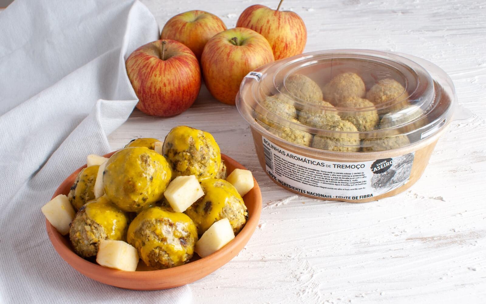 Bolinhas aromáticas de tremoço com molho de caril e maçã